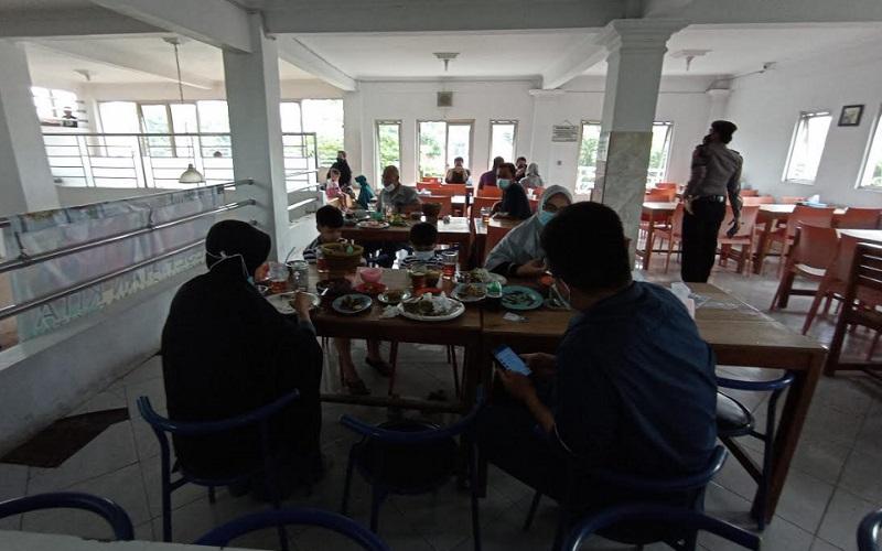 Operasi yustisi PPKM di Kabupaten Cirebon - Bisnis/Hakim Baihaqi