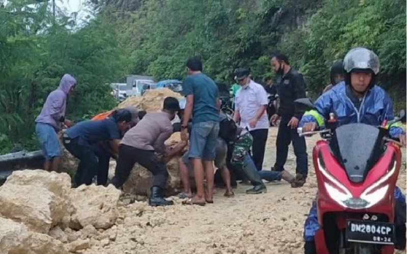 Gempa menyebabkan tanah longsor di bagian jalur trans Sulawesi di Desa Onang, Kecamatan Tubo, Kabupaten Majene, Sulawesi Barat, pada Kamis (14/01/2021). - Antara