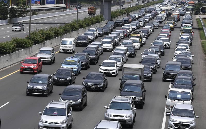 Kendaraan memadati ruas Tol Jagorawi KM 6 di Jakarta, Kamis (29/10/2020). PT Jasa Marga (Persero) Tbk. ANTARA FOTO - Hafidz Mubarak A