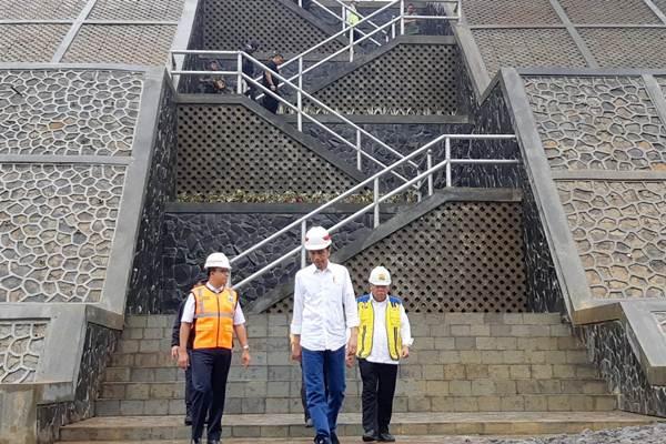 Presiden Joko Widodo (tengah) meninjau proyek Bendungan Sukamahi dan Ciawi di Kecamatan Megamendung, Kabupaten Bogor, Rabu (26/12/2018). - Bisnis/Yodie Hardiyan