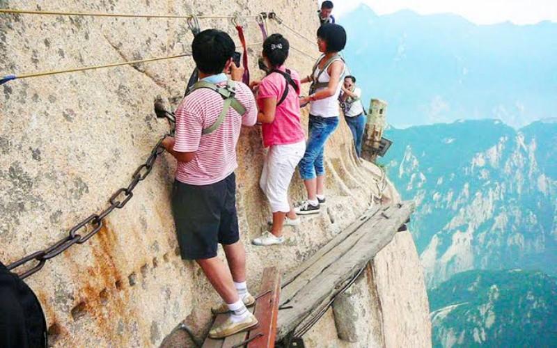 Mendaki di sepanjang Jalur Gunung Huashan, Cina