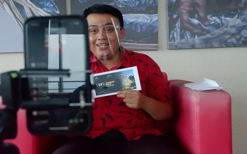 Public Relations Grand Candi Hotel Azkar Rizal Muhammad memandu acara pembagian voucher dalam rangka perayaan HUT ke-23 Grand Candi Hotel Semarang, Jumat (15/1 - 2020).