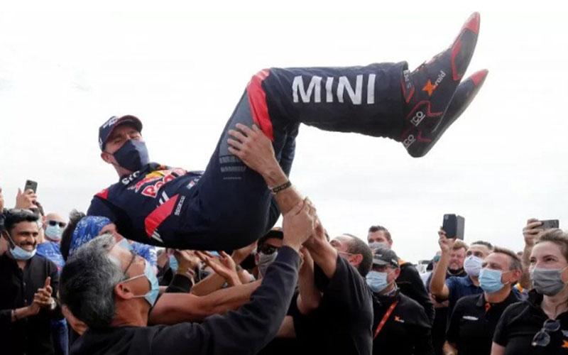 Stephane Peterhansel merengkuh gelar juara di Reli Dakar untuk ke-14 kali./Antara - Reuters