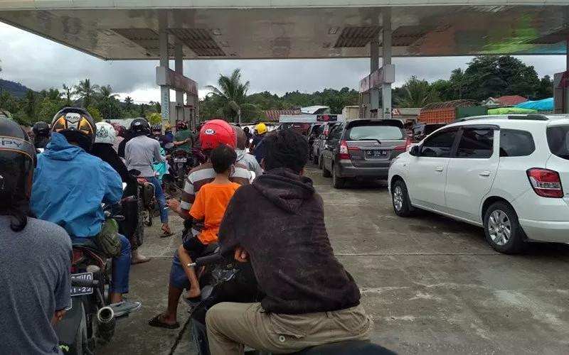 Sejumlah warga antre untuk mengisi Bahan Bakar Minyak (BBM) pascagempa di salah satu SPBU Kota Mamuju, Sulawesi Barat, Jumat (15/1/2020).  - ANTARA