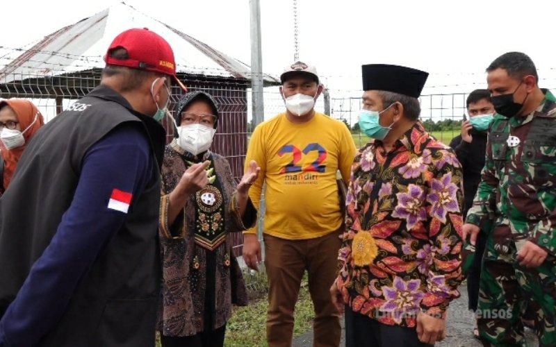 Menteri Sosial Tri Rismaharini meninjau kerusakan fasilitas bandara Tampa Padang, Mamuju, Sulbar pada Sabtu 16 Januari 2021 / Dok. Humas Kemensos
