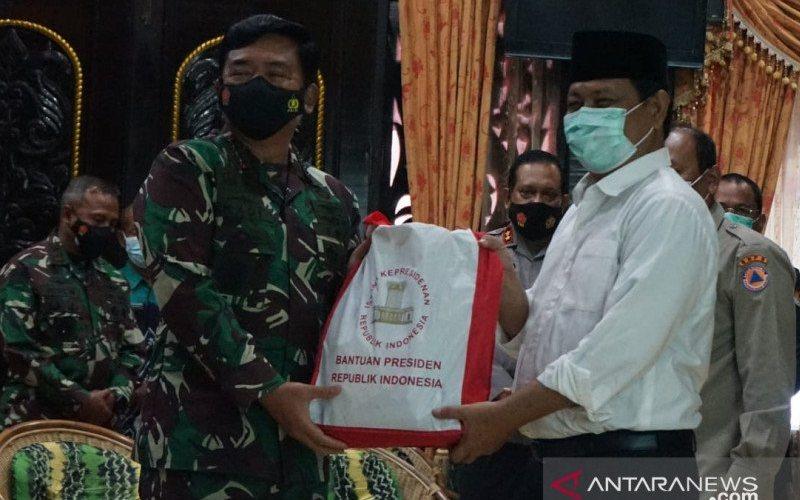 Panglima TNI menyalurkan paket sembako bantuan dari Presiden RI Joko Widodo untuk korban banjir di Tanah Laut, Kalimantan Selatan, Sabtu (16-1-2021). ANTARA - HO/Puspen TNI