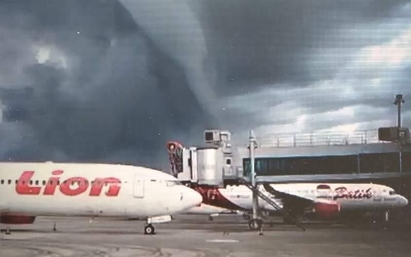 Penampakan awan pekat di Bandara