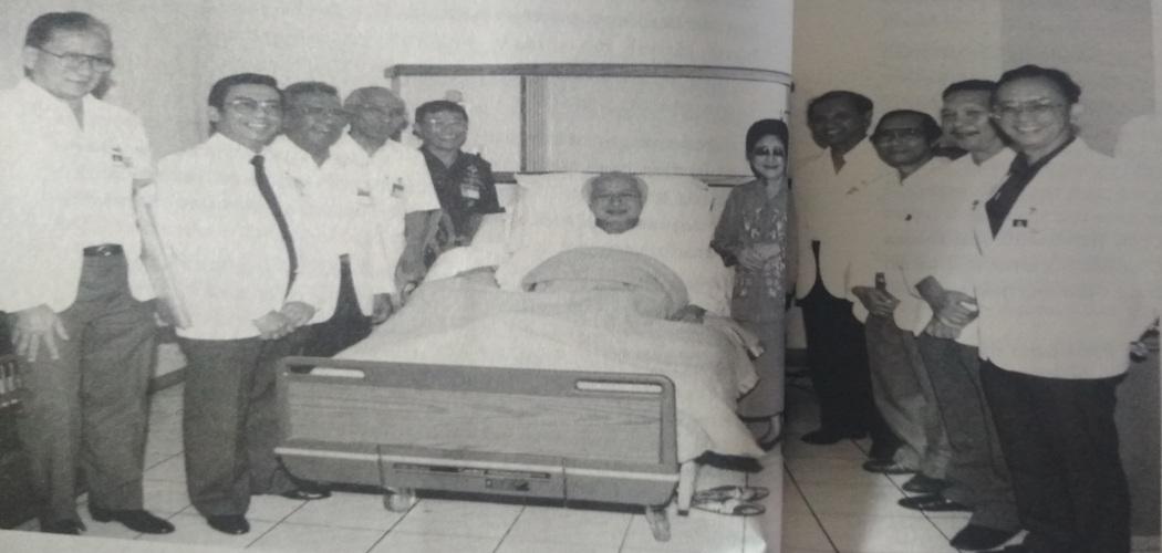 Presiden Soeharto berbaring di ruang perawatan RSPAD Gatot Soebroto didampingi oleh Ibu negara Tien Soeharto serta Tim Dokter Ahli Kepresidenan. - Dokumen buku dr. Frits Kakiailatu