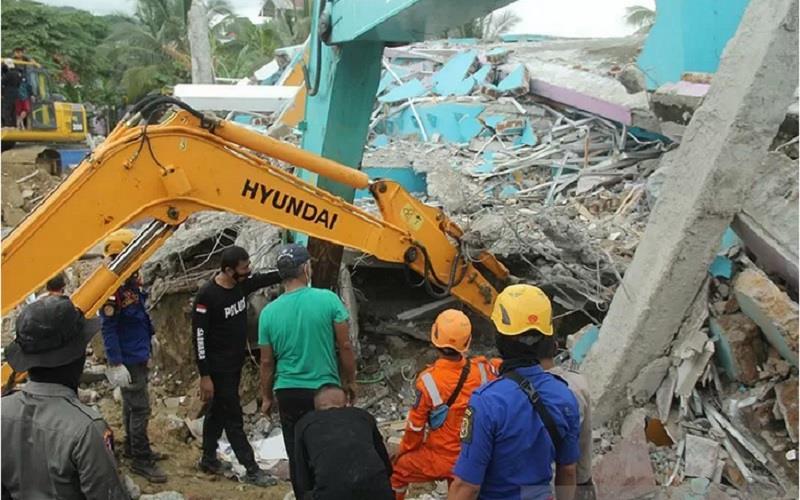 Sejumlah petugas dengan alat berat mencari korban di Rumah Sakit Mitra Manakarra yang runtuh akibat gempa bumi, di Mamuju, Sulawesi Barat, Kamis (15/1/2021). - Antara\r\n