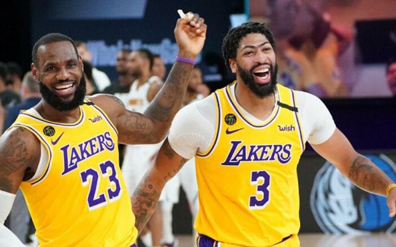 Dua pebasket andalan Los Angeles Lakers, LeBron James (kiri) dan Anthony Davis. - nba.com