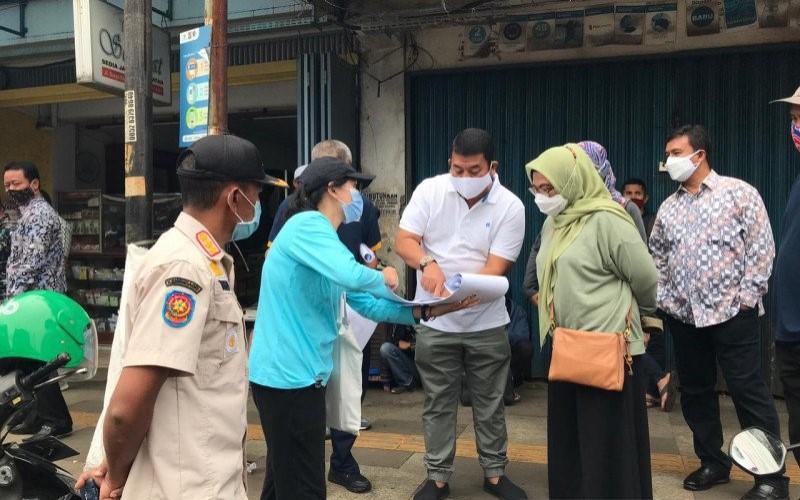 Kepala Dinas PUPR Kota Bogor Husnul Rozaqi memberikan penjelasan kepada Sekda Kota Bogor Syarifah Sofiah, saat menilai 10 koridor yang akan dibangun di Jalan Suryakencana. - ANTARA