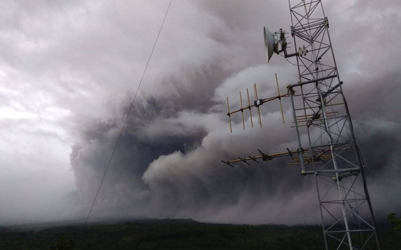 Foto guguran awan panas Gunung Semeru - BNPB