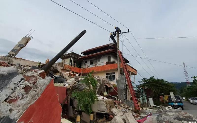 Reruntuhan gempa d Majene, Sulawesi Barat. Personel PT PLN Sulselrabar memulihkan aliran listrik d sana segera setelah terjadi gempa berkekuatan 6,2 pada skala Richter, pada Jumat dini hari.  - ANTARA