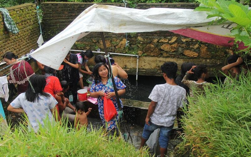 Sejumlah pengungsi anteri mengambil air bersih di tempat pengungsian di Mamuju, Sulawesi Barat, Minggu(17/1/2021). Memasuki hari ke tiga pasca gempa bumi kebutuhan air bersih di tempat tersebut masih tercukupi. - Antara/Akbar Tado.