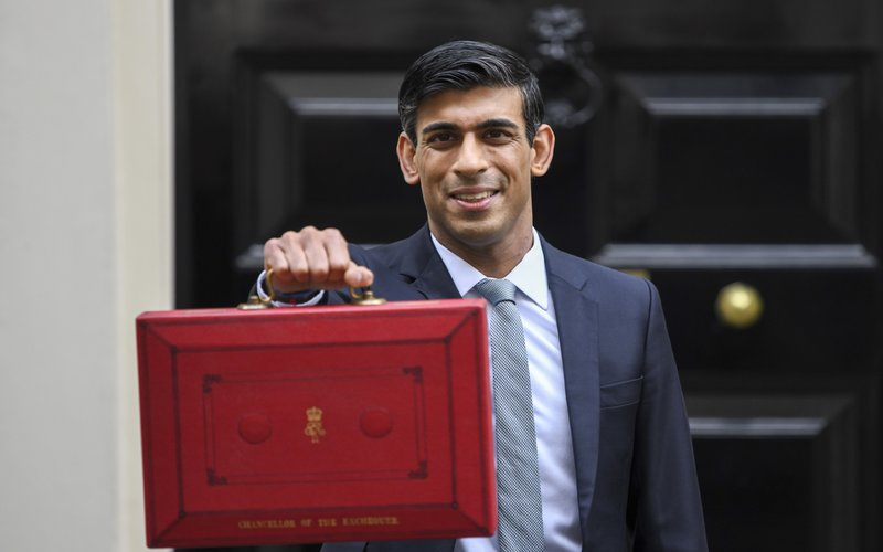 Menteri Keuangan Inggris Rishi Sunak membawa anggaran yang akan digunakan untuk menopang ekonomi Britania Raya, Rabu (11/3/2020) - Bloomberg / Simon Dawson