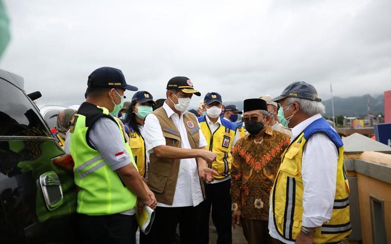 Kepala Badan Nasional Penanggulangan Bencana (BNPB) Doni Monardo bersama dengan Menteri Pekerjaan Umum dan Perumahan Rakyat (PUPR) Basuki Hadimuldjono dan Kepala Badan Meteorologi Klimatologi dan Geofisika (BMKG) Dwikorita melakukan peninjauan lokasi terdampak gempa bumi Sulawesi Barat di Mamuju pada Minggu (17/1 - 2021). Humas BNPB