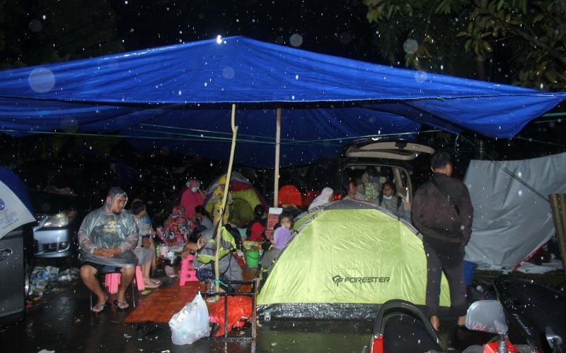 Sejumlah warga mengungsi di dataran tinggi di Mamuju, Sulawesi Barat, Kamis (15/1/2021). Untuk menghindari terjadinya gempa bumi susulan sebagian warga mencari tempat pengungsian tinggi dan aman. - ANTARA FOTO/Akbar Tado
