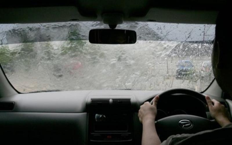 Nyalakan lampu ketika hujan deras karena pandangan di jalanan biasanya kurang jelas.  - ADM