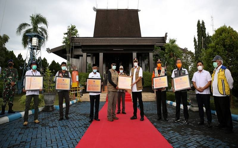 BNPB menyerahkan bantuan dana siap Ppkai (DSP) Rp3,5 miliar untuk penanganan banjir di Provinsi Kalimantan Selatan. - bnpb