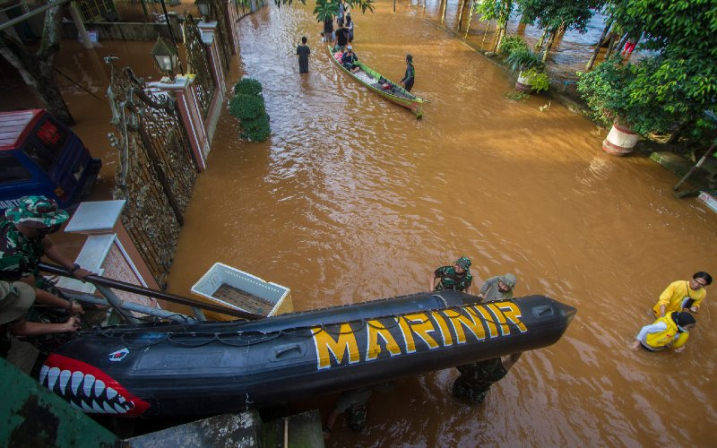 Sejumlah Prajurit Korps Marinir TNI AL Pasmar 1 Jakarta membawa perahu karet di Desa Pekauman Ulu, Kabupaten Banjar, Kalimantan Selatan, Sabtu (16/1/2021).  - ANTARA