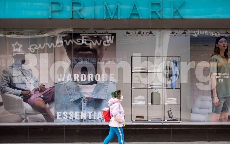 Seorang pejalan kaki melintas di depan toko Primark di Inggris. - Bloomberg