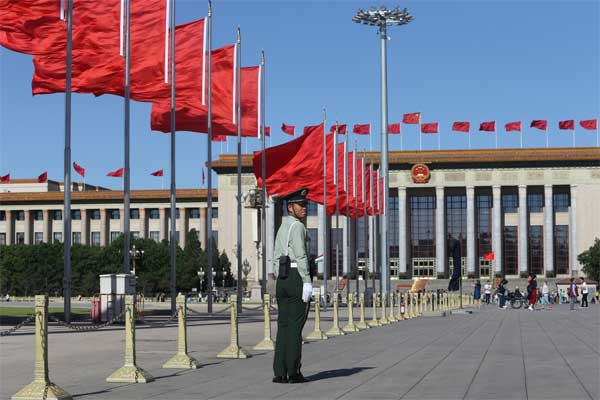 Bendera China dikibarkan di lapangan Tiananmen untuk menyambut the Belt and Road Forum atau KTT Jalur Sutra, di Beijing, China, Sabtu (13/5). - Reuters