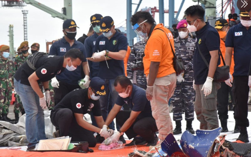 Penemuan puing/body part yang diduga bagian dari pesawat Sriwijaya Air SJ182. Puing yang ditemukan berupa serpihan body part pesawat dan baju anak-anak berwarna pink. Penemuan itu diserahkan kepada tim DVI Polri dan KNKT. - Kantor SAR Jakarta