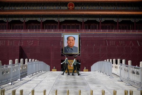 Tentara China bergantian jaga di depan potret mantan pemimpin China Mao Zedong di Tiananmen Square, Beijing, China, Selasa (7/5/2019). - Reuters/Thomas Peter