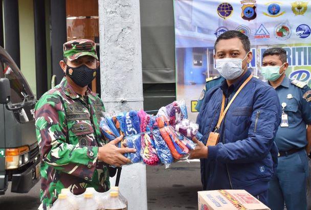 Penyerahan secara simbolik bantuan Pelindo III kepada para korban banjir Kalimantan Selatan - dok. Pelindo III