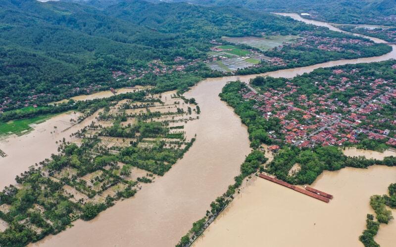 Foto udara aliran Sungai Serayu yang meluap dan merendam permukiman, area persawahan dan sejumlah ruas jalan di Desa Pegalongan, Patikraja, Banyumas, Jawa Tengah, Kamis (3/12/2020). - Antara/Idhad Zakaria