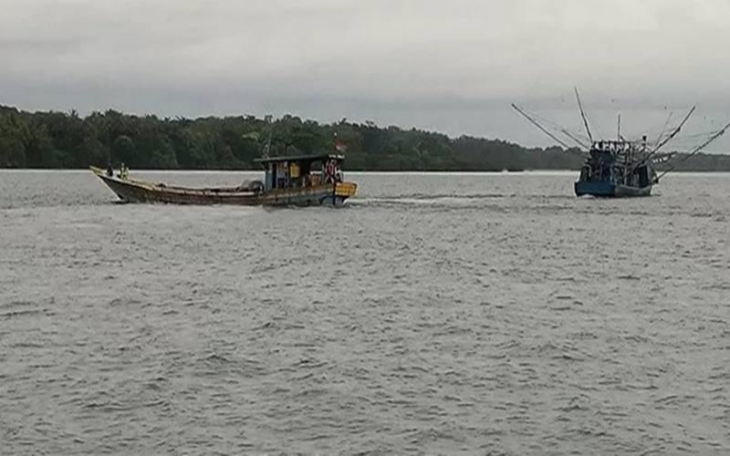 Kapal nelayan terlihat melintasi wilayah perairan di sekitar Pulau Sebaru, Kepulauan Seribu, DKI Jakarta, Jumat (28/2/2020). - Antara