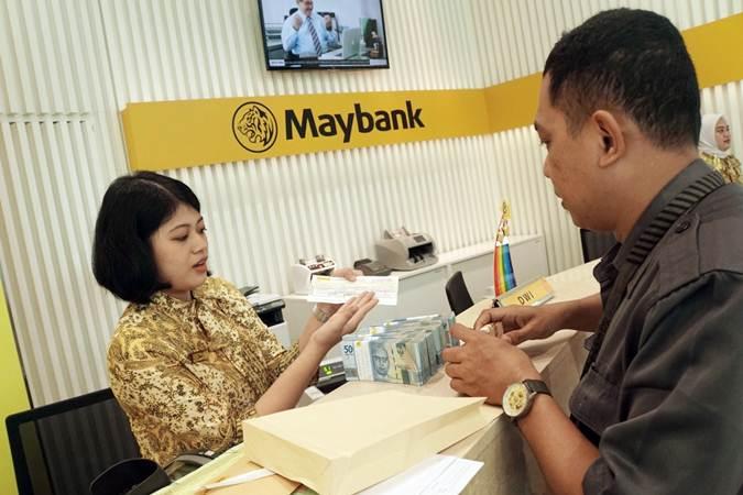 Karyawan melayani nasabah di salah satu kantor cabang Maybank Indonesia, di Jakarta, Kamis (27/6/2019). - Bisnis/Himawan L Nugraha