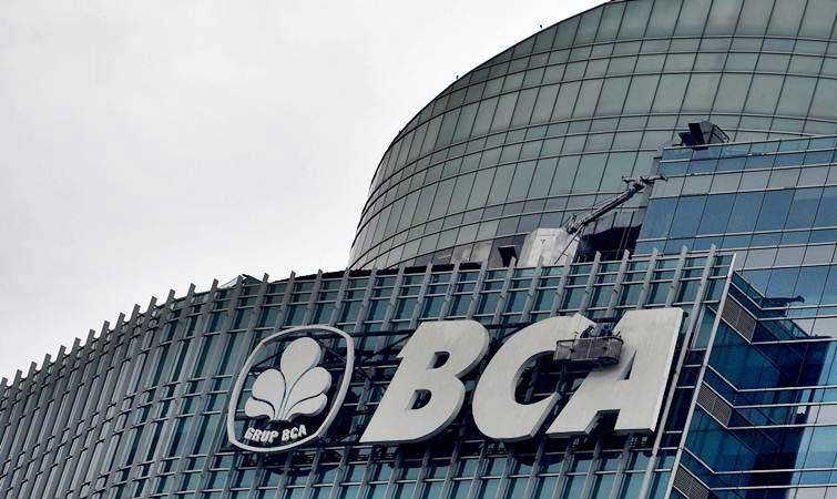Pekerja membersihkan menara BCA di Jakarta, Selasa (12/3/2019). - ANTARA/Sigid Kurniawan