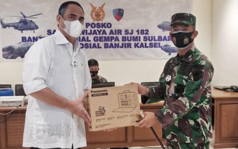 Proses serah diwakili Abdullah Gobel, Vice President Director PT Panasonic Gobel Indonesia, dan diterima oleh Rizwar, Representative of TNI AU.  - PANASONIC