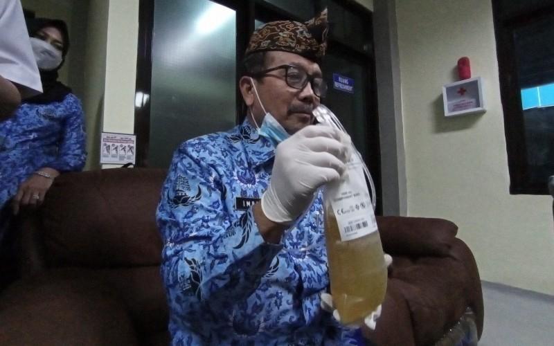 Bupati Cirebon Imron Rosyadi mendonorkan plasma darah - Bisnis/Hakim Baihaqi