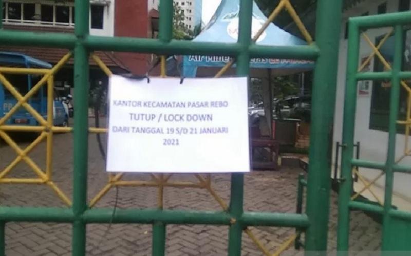 Kantor Kecamatan Pasar Rebo, Jakarta Timur, menyampaikan pengumuman penutupan kantor layanan, Selasa (19/1/2021), setelah empat pegawainya tertular Covid-19.  - Antara\r\n\r\n