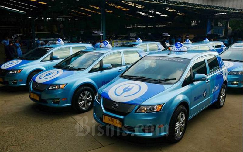 Pengemudi mengoperasikan taksi listrik Bluebird di sela-sela peluncurannya di Jakarta, Senin (22/4/2019). - Bisnis/Felix Jody Kinarwan