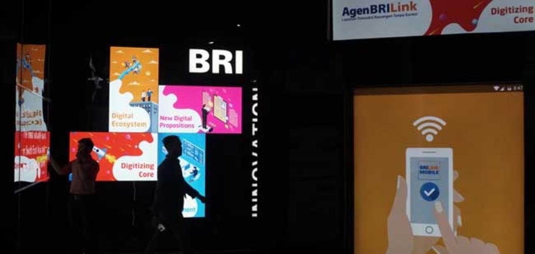 Nasabah berada di dekat logo bank BRI di Jakarta. Bisnis - Himawan L Nugraha