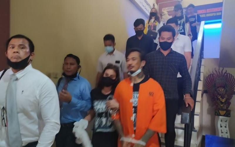 Jerinx SID setelah melalui pemeriksaan di Kantor Ditreskrimsus Polda Bali, Selasa (18/8/2020). - Antara