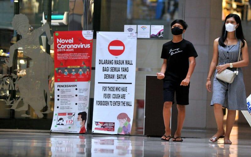 Pengunjung pusat perbelanjaan yang telah mendapatkan sertifikat Cleanliness, Health, Safety, Environmental sustainability (CHSE) serta Indonesia Care (I Do Care) mengenakan masker di Mal Bali Galeria, Kuta, Badung, Bali, Selasa (19/1/2021). Sebanyak 1.137 pelaku usaha pariwisata di Bali telah mendapatkan sertifikat CHSE yang diaudit oleh PT Sucofindo (Persero) dan konsorsiumnya dengan 994 diantaranya juga mendapatkan sertifikat I Do Care dari Kemenparekraf. - Antara/Fikri Yusuf.