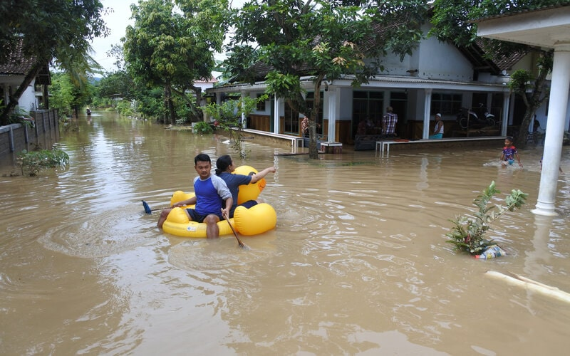 Warga melintasi banjir untuk mengungsi, di Balai Desa Wonoasri, Tempurejo, Jember, Jawa Timur, Jumat (15/1/2021). Sebanyak 2.558 KK di desa itu terdampak banjir dengan ketinggian air antara 50 Cm - 2 meter. - Antara/Seno.
