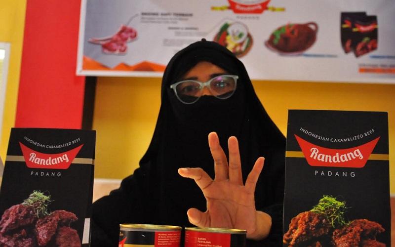 Pendiri Koperasi IKABOGA Padang Harti Ningsih saat memperlihat kemasan Randang Padang IKABOGA, yang ada di rumah produksi  di Pasar Raya Padang Blok III, Lantai 3.  - Bisnis/Noli Hendra