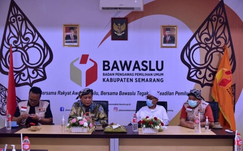 Ketua Bawaslu Abhan (kedua dari kiri) memberikan arahan kepada jajaran Bawaslu Kabupaten Semarang di Jawa Tengah, Selasa (8/12/2020). - Bawaslu