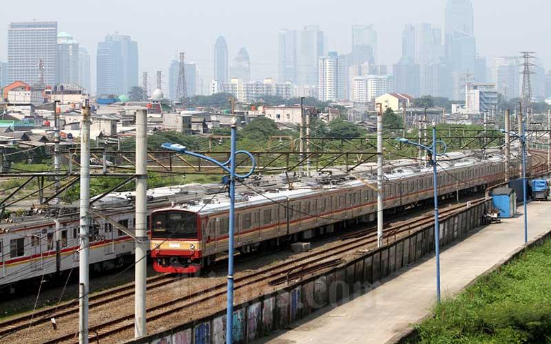 Ilustrasi KRL. Rangkaian kereta rel listrik (KRL) melintas di kawasan Tanah Abang, Jakarta, Minggu (19/4/2020). Bisnis - Arief Hermawan P