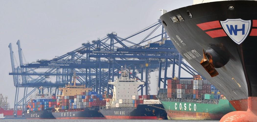 Kapal memuat peti kemas di Pelabuhan Tanjung Priok. - Antara / Fanny Octavianus