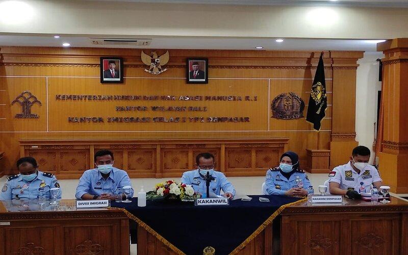 Konferensi pers oleh Kepala Kanwil Kumham Bali Jamaruli Manihuruk (tengah), Selasa (19/1 - 2021)