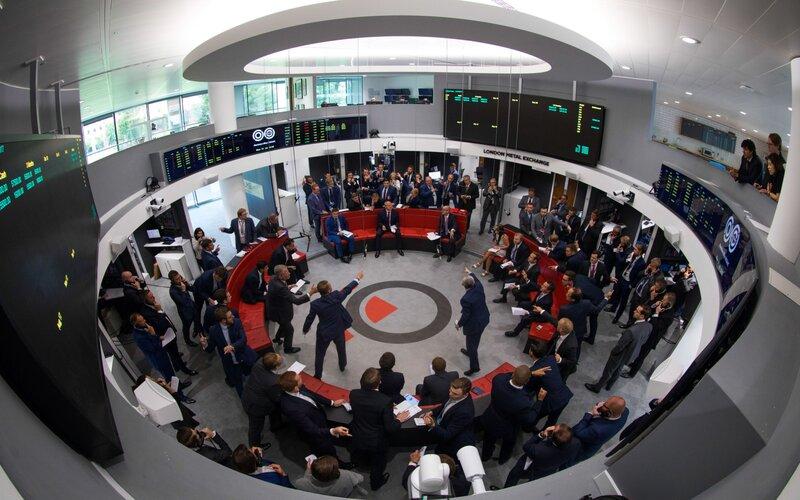 Situasi di The Ring, lantai bursa London Metal Exchange -  Bloomberg