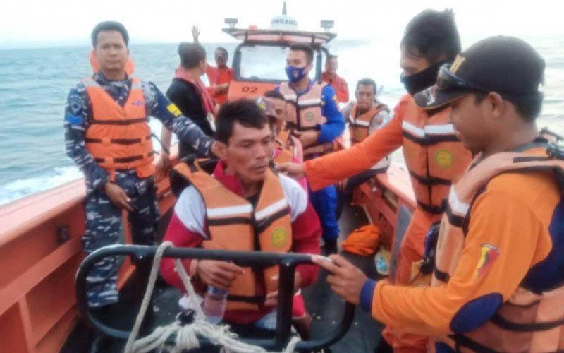 Tim gabungan terdiri dari Basarnas Banten, Lanal Banten, Polairud, KSOP Banten, ASDP Merak dan SAR hingga empat hari terakhir ini tujuh nelayan Teluk Labuan Pandeglang yang mengalami kecelakaan laut di Perairan Selat Sunda belum ditemukan.Foto:Antara