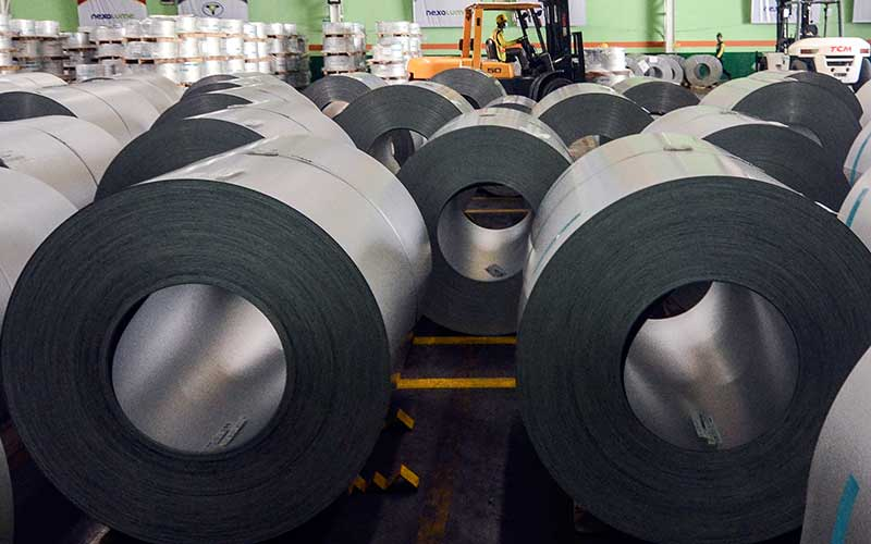 Petugas beraktivitas di pabrik pembuatan baja Kawasan Industri Cikarang, Kabupaten Bekasi, Jawa Barat, Jumat (4/10/2019). ANTARA FOTO - Fakhri Hermansyah