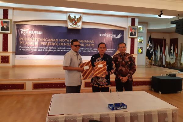 Direktur Utama ASABRI Sonny Widjaja (kiri), Direktur Utama Bank Jatim R. Soeroso (tengah), dan Direktur Menengah Korporasi Su'udi (kanan) menandatangani nota kesepahaman kerja sama pembayaran gaji pensiunan TNI, Polri dan ASN Kementerian Pertahanan di Kantor Pusat ASABRI, Kamis (20/12/2018). - Bisnis/Andi M. Arief